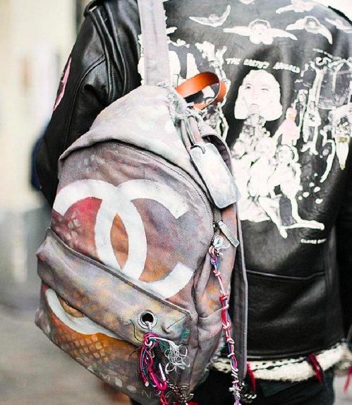 5d7a19b9540ba Sprejowany plecak Chanel - Street Style - miumag.pl