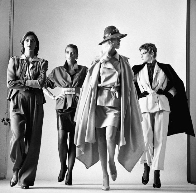 HELMUT NEWTON, One nadchodzą (ubrane), Vogue edycja francuska, Paryż, 1981, ©Helmut Newton Estate, dzięki uprzejmości Helmut Newton Foundation